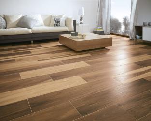 Ciepła podłoga o wyglądzie szlachetnego drewna w salonie