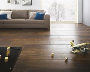 Ciemnobrązowe, drewnopodobne płytki salonu w skandynawskim stylu.