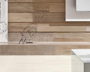 Salon w stylu skandynawskim z drewnopodobnymi płytkami na ścianie i podłodze