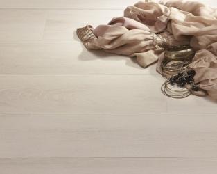Elegancka jasna podłoga o wyglądzie drewna w salonie