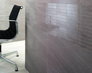 Zbliżenie na ścianę zdobioną mozaiką w minimalistycznym gabinecie