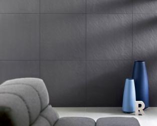 Ceramiczna ściana szarego, minimalistycznego salonu
