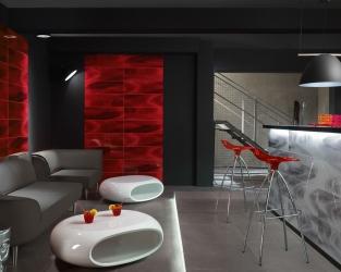 Czerwone szkło jako dekorator klimatycznego klubu