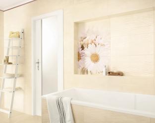Klasyczna jasna łazienka z kwiatowymi, fotograficznymi dekoracjami