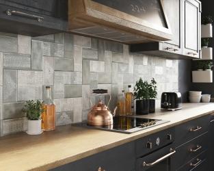 Misterne ceramiczne koronki na kuchennej ścianie