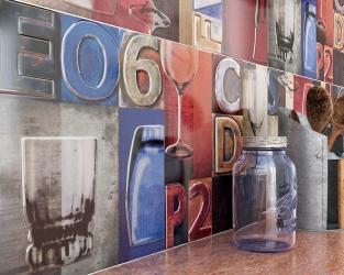 Zbliżenie na ścianę kuchenną z wielobarwnymi dekoracjami