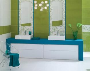 Fragment zielono-niebiesko-białej łazienki z dwiema umywalkami