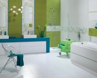 Biało-zielono-błękitna, rodzinna łazienka z wanną i natryskiem