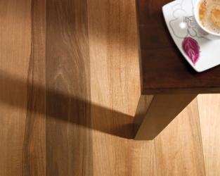 Miodowe ciepło ceramicznego orzechowego drewna w klasycznym salonie