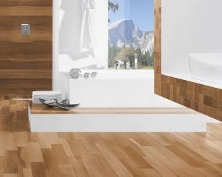 """Długie, ceramiczne """"deski"""" i drewniana mozaika w łazience"""