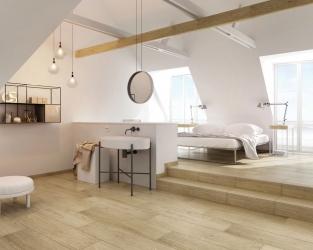Biel i drewno w przestronnej sypialni z łazienką