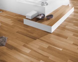 Biel i ciepło drewna w przestronnej łazience w stylu skandynawskim