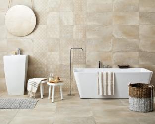 Eco-minimalizm w jasnobeżowej łazience z wolno stojącą wanną