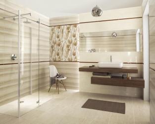 Przestronna, tradycyjna łazienka w marmurowych beżach i brązach