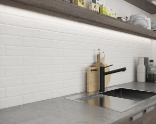Urok surowej białej cegły klinkierowej w kuchni