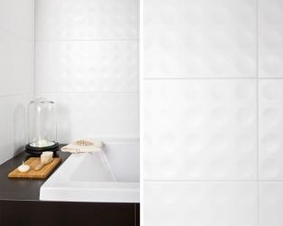 Białe kółka strukturalne w biało-czarnej łazience