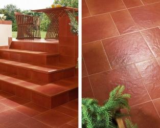 Klinkierowe schody na tarasie tradycyjnego domu