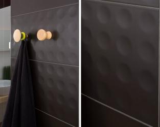 Strukturalne kółeczka na czarnych płytkach łazienkowych