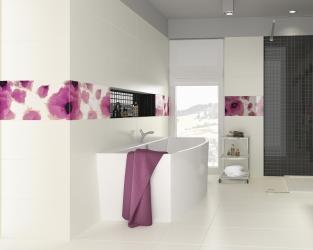 Biało-czarna łazienka z malarskimi, kwiatowymi dekoracjami