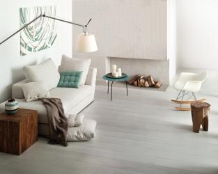 Biały salon z dominacją drewna, w stylu skandynawskim