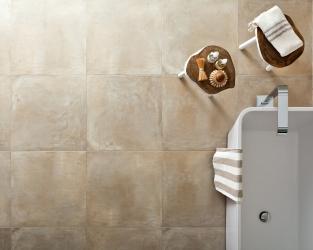 Widok z góry na minimalistyczną eco-łazienkę w ciepłych beżach