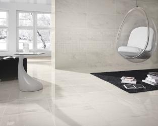 Biały salon z marmurem i czarnymi akcentami