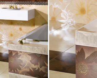 Jasne dekoracje kwiatowe w efektownej łazience