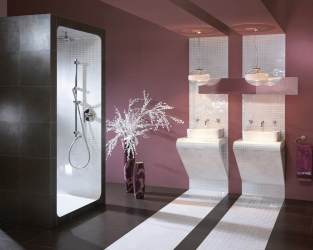 Mariaż minimalizmu z ozdobną nowoczesnością w łazience