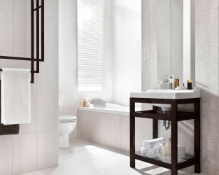 Ceramiczna struktura uwypuklona światłem w łazience