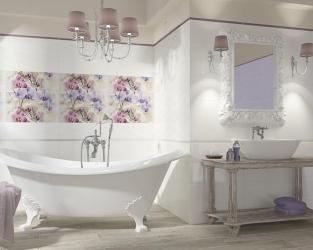 Biel i kwiaty w romantycznej łazience z wolno stojącą wanną