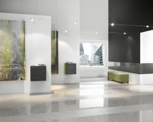 Minimalistyczna przestrzeń dużej galerii sztuki
