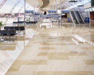 Polerowana piaskowa podłoga w ogromnej hali lotniska