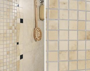 Efektowne mozaikowe wyoblenia w klasycznej łazience