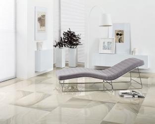 Nowoczesna kamienna klasyka w białym salonie