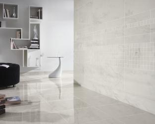 Biel, czerń i srebro w oryginalnym, przestronnym salonie