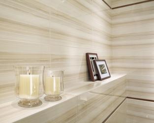 Blask płytek i świec w klasycznej, beżowej łazience
