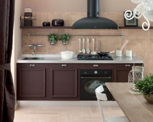 Elegancki spokój klasycznej kuchni w ciepłych odcieniach beżu i brązu