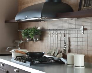 Stonowana elegancja beżowo-brązowej kuchni z drewnianą mozaiką