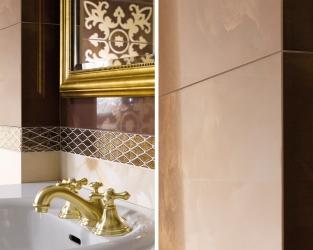 Wyrazistość dekoracji w dużej, beżowo-brązowej łazience