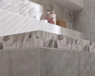 Kwiatowy detal w minimalistycznej łazience