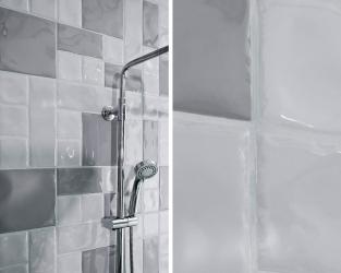 Efekt pofalowanej powierzchni łazienkowej ściany
