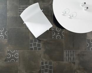 """Ceramiczny """"dywan"""" w industrialnym salonie"""