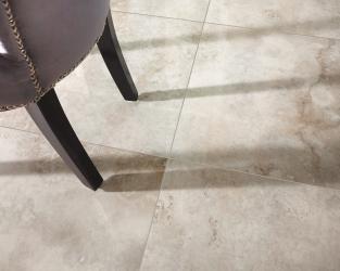 Ekskluzywna podłoga w jadalni domu w stylu klasycznym