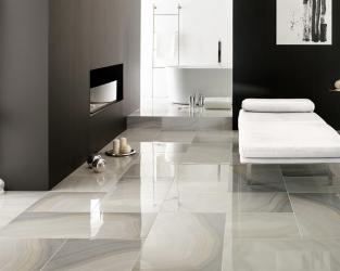 Nowoczesny, biało-czarny salon relaksu przy jasnej łazience
