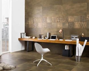 Domowe biuro w industrialnej, wielkomiejskiej przestrzeni
