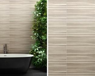 Motyw drewnianych linii w łazience z wolno stojącą wanną