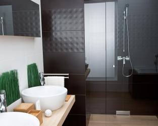 Efektowne kontrasty w wygodnej łazience z dwiema umywalkami