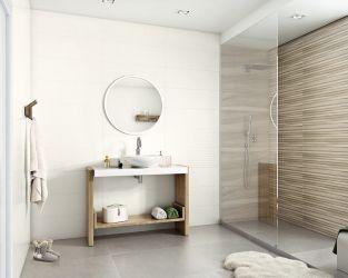 Jasna łazienka z płytkami drewnopodobnymi i kabiną walk-in