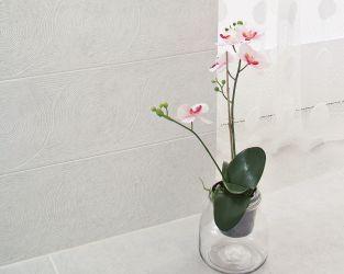 Biała łazienka z subtelną geometryczną strukturą dekoracji