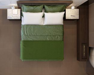 Sypialnia z biokominkiem, w neutralnych barwach